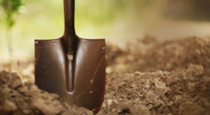лопата на поле