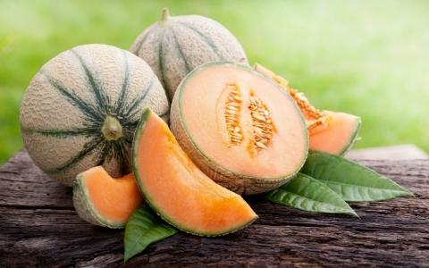 красивая дыня с оранжевой мякотью