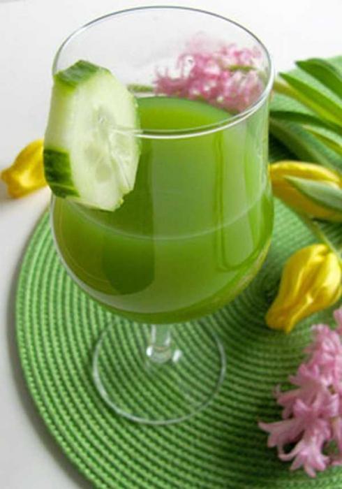 стакан с огуречным соком