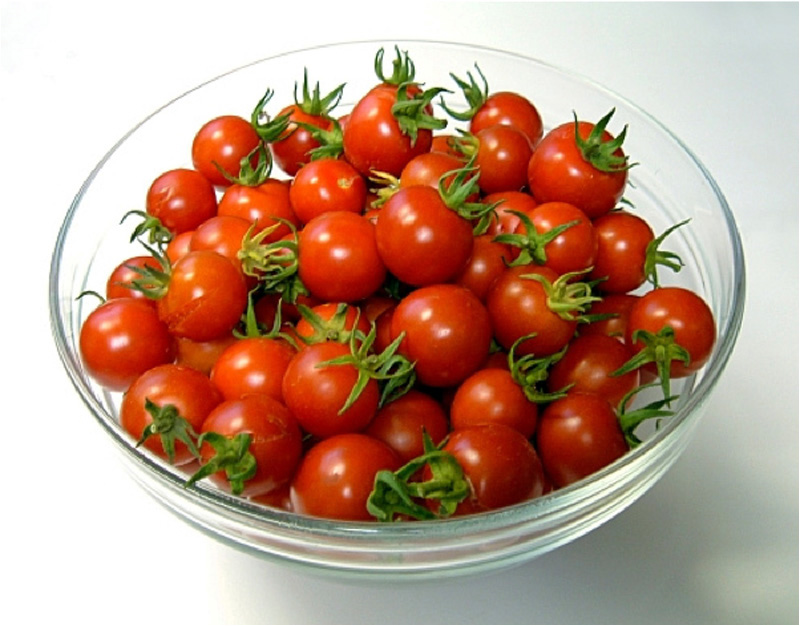 помидоры черри в тарелке