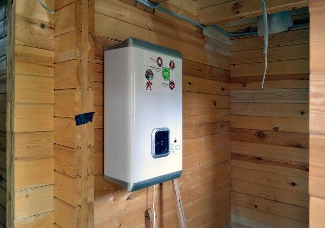 водонагреватель на стене дома