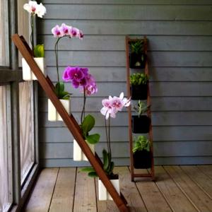 деревянная подставка с орхидеями